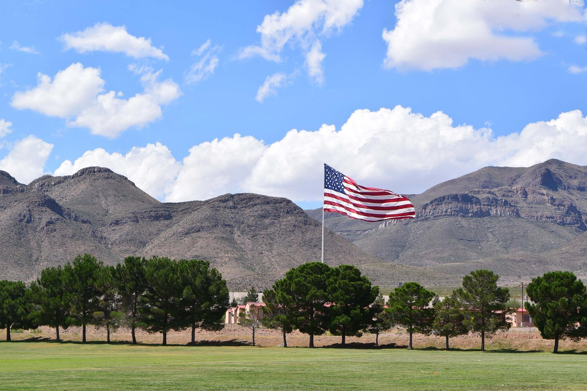 Amerikanische Flagge vor Bergen