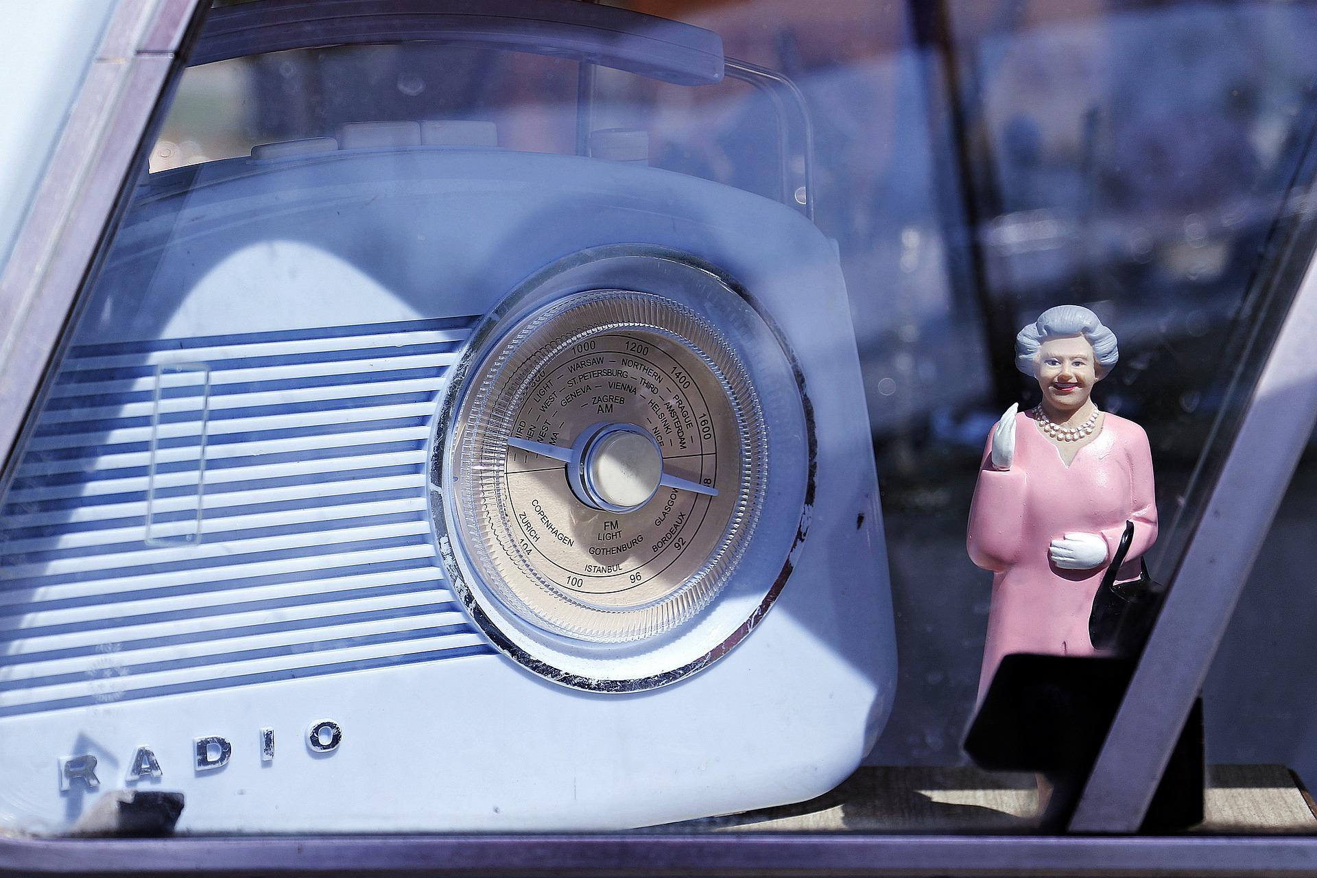 altes Radio mit Queen-Figur