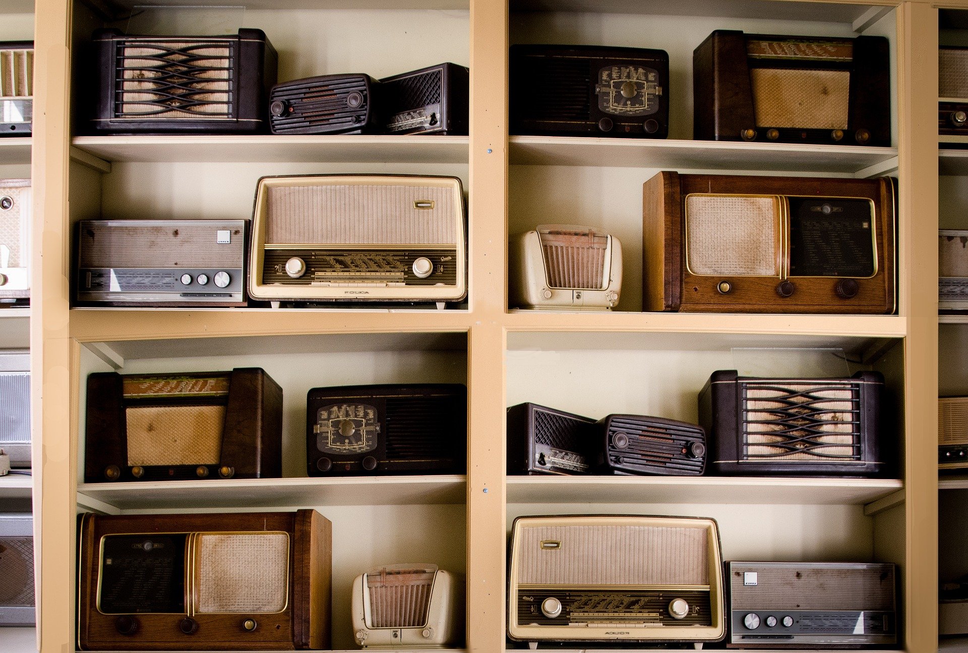 Radios im Regal