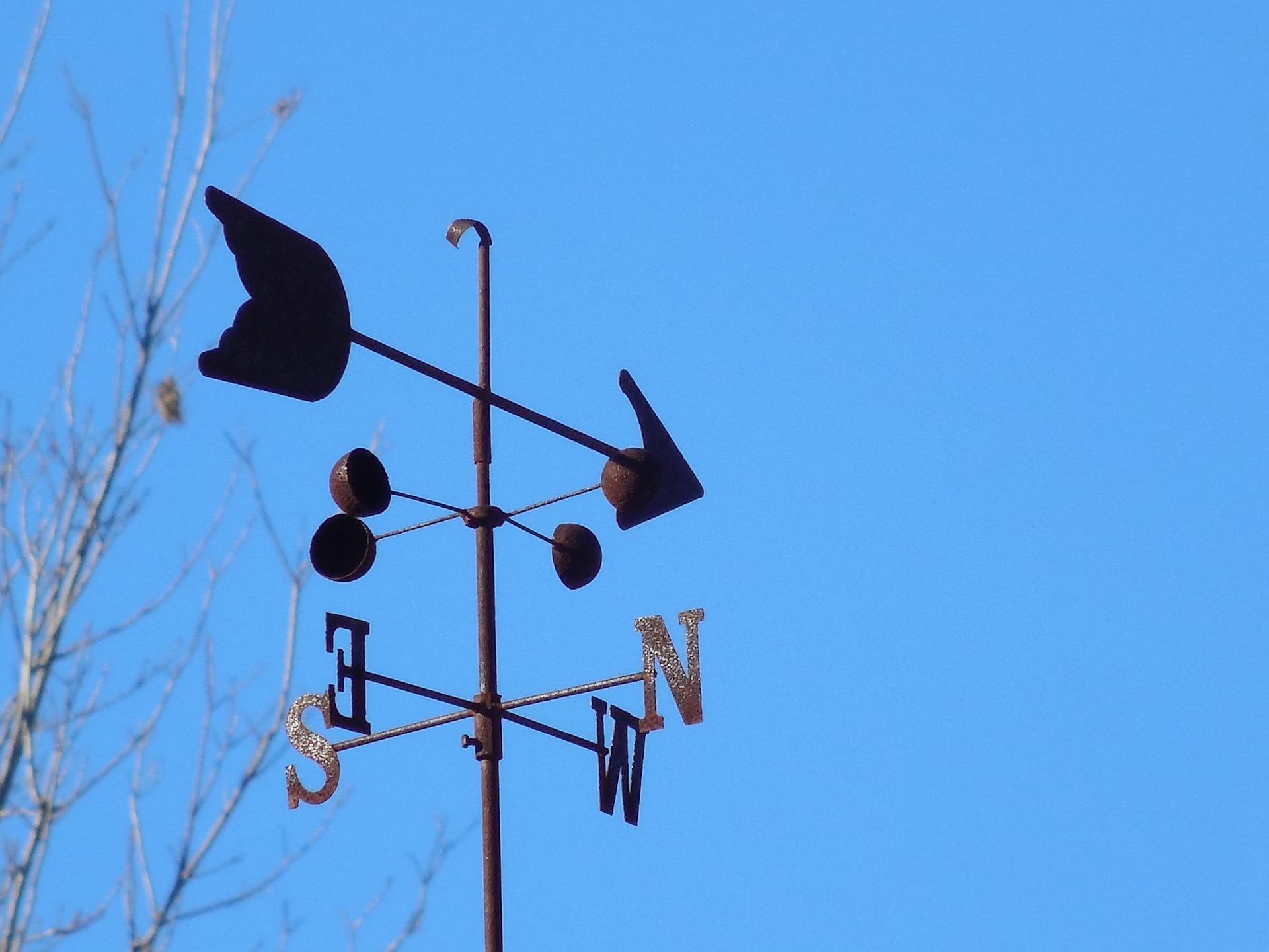 Wetterfahne vor blauem Himmel